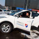Obránce Baníku Denis Granečný v hybridní Toyotě C-HR