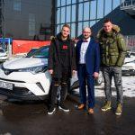 Obránce Baníku Denis Granečný, vedoucí prodeje AutoBond Jaromír Kursa a brankář Jan Laštůvka