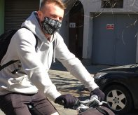 cyklista v roušce